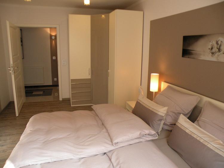 Im 2. Schlafzimmer Doppelbett, Höhe ab 45 cm. Ein Bett mit elektr. Lattenrost