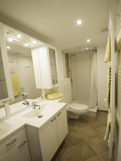 modernes Duschbad mit Handtuchtrockner