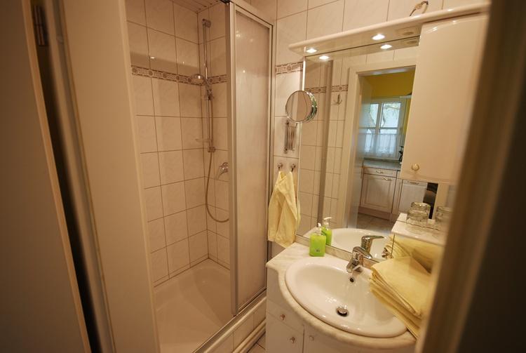 Duschbad mit Fön, Kosmetikspiegel, usw.