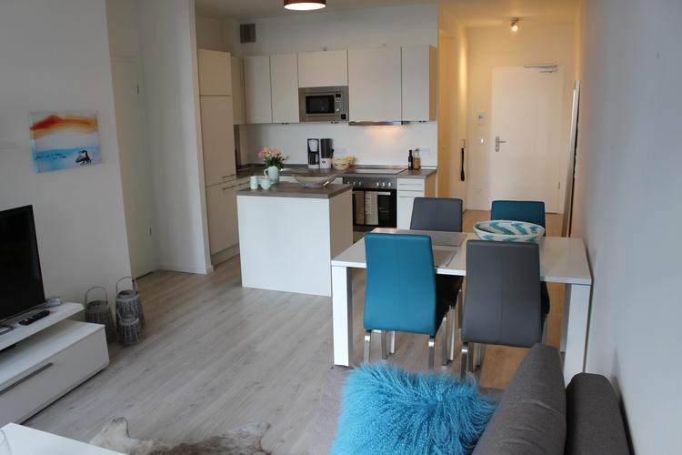 Küche mit Küchenblock und Esstisch