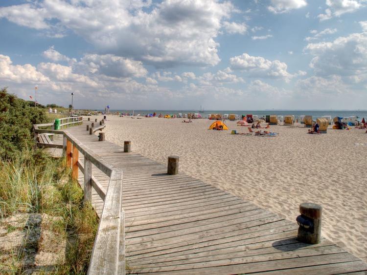 Holzsteg direkt am Strand von Pelzerhaken