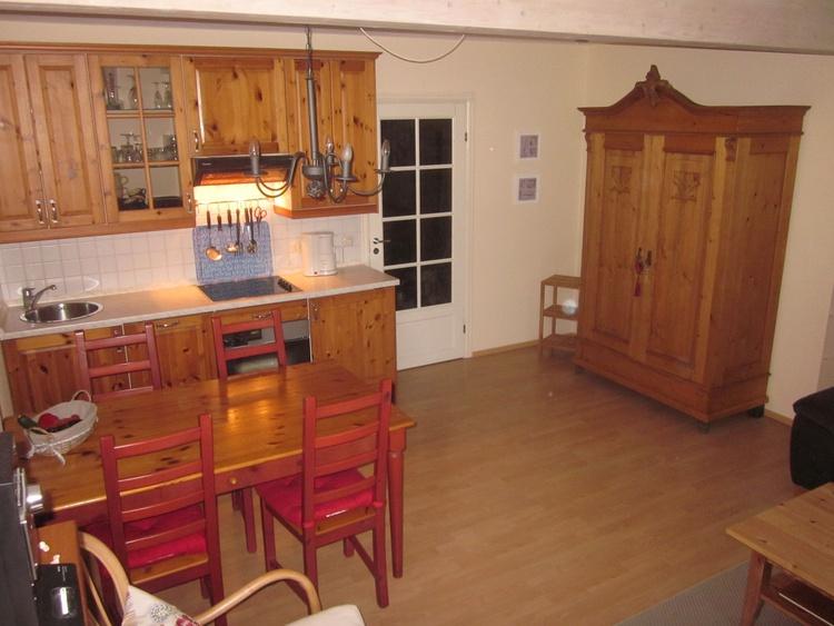 Küchenzeile mit Geschirrspüler, Backofen und Cerankochfeldn