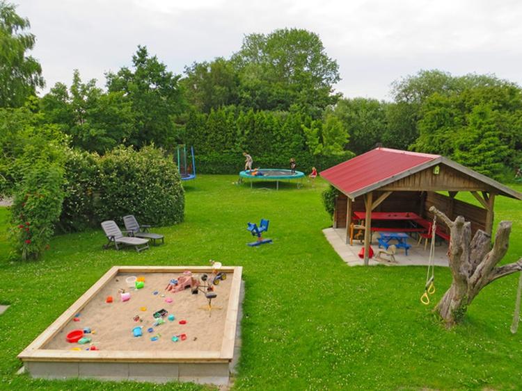 Spielplatzansicht von Ferien-Hof-Anno-1856 in Bojendorf.