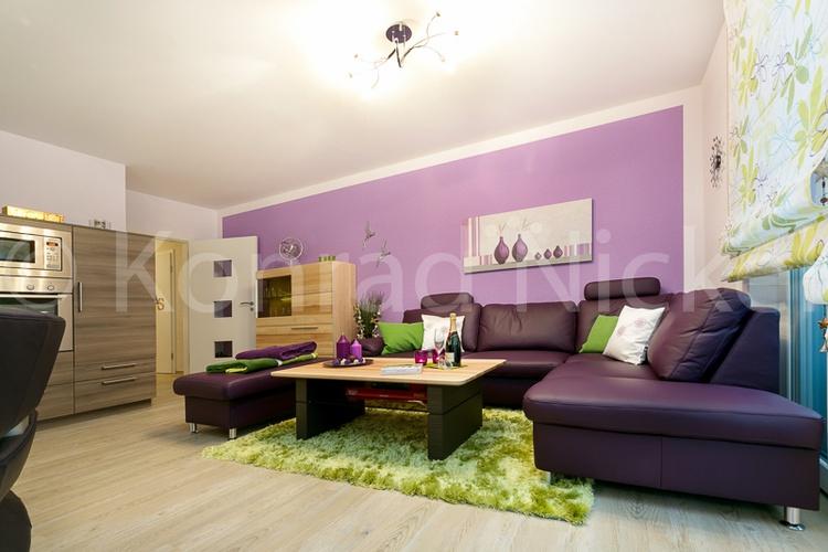 Wohnzimmer mit ausziehbarer Ledercouch