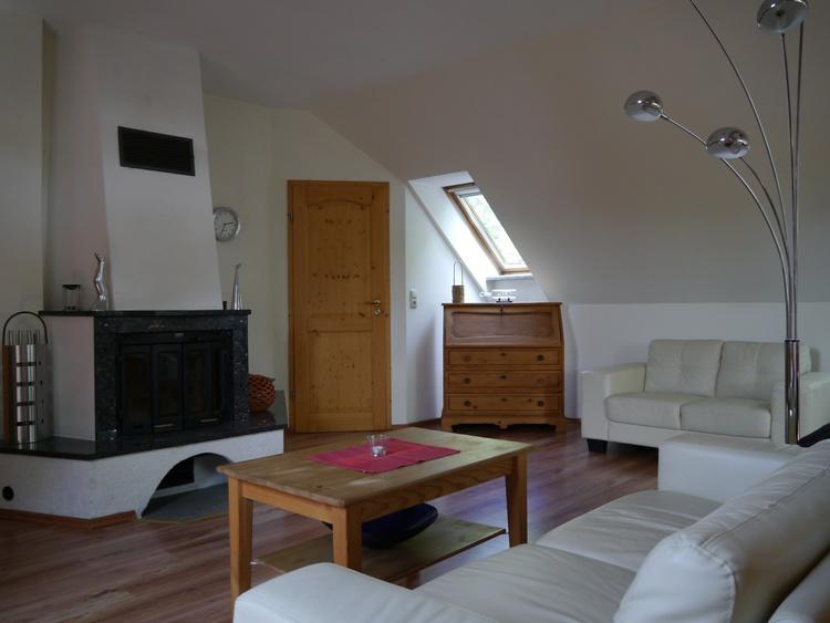 Wohnzimmer mit Einbaukamin