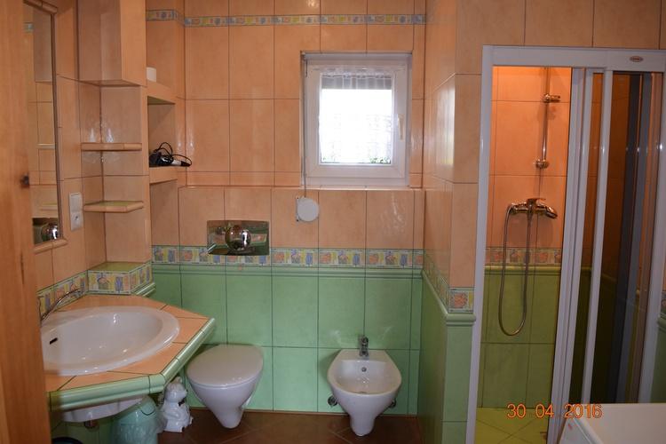 Badezimmer mit Dusche, WC und Bidet