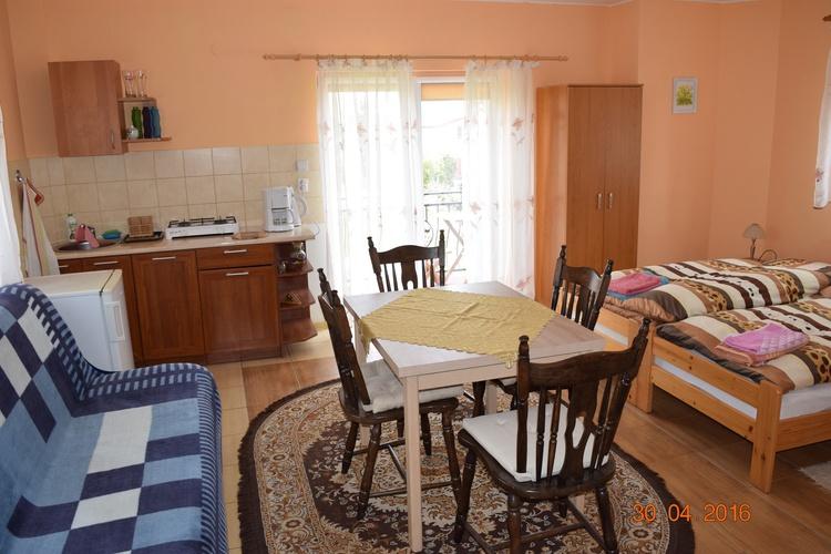 Zimmer mit Küchenzeile und Balkon