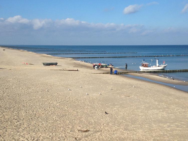 Strand mit Fischkutter