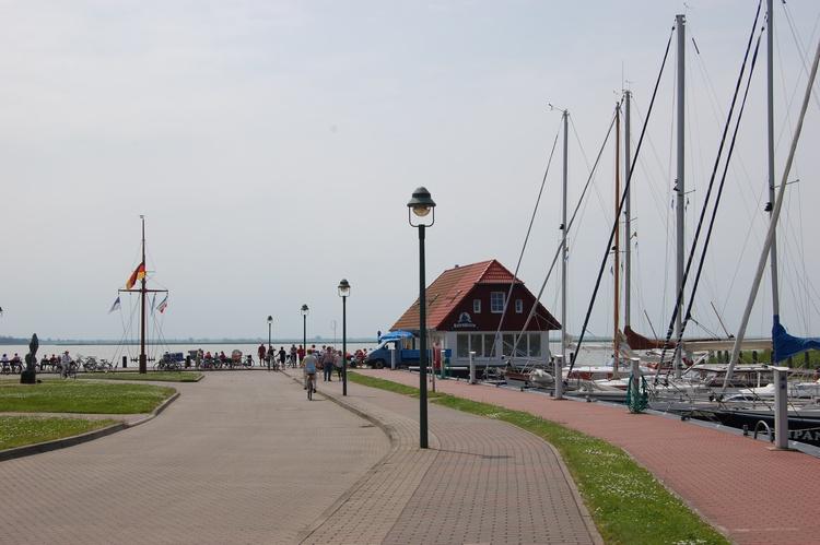 Der Borner Hafen (1,2 km vom Haus) läd zu wunderschönen Schiffsfahrten ein.