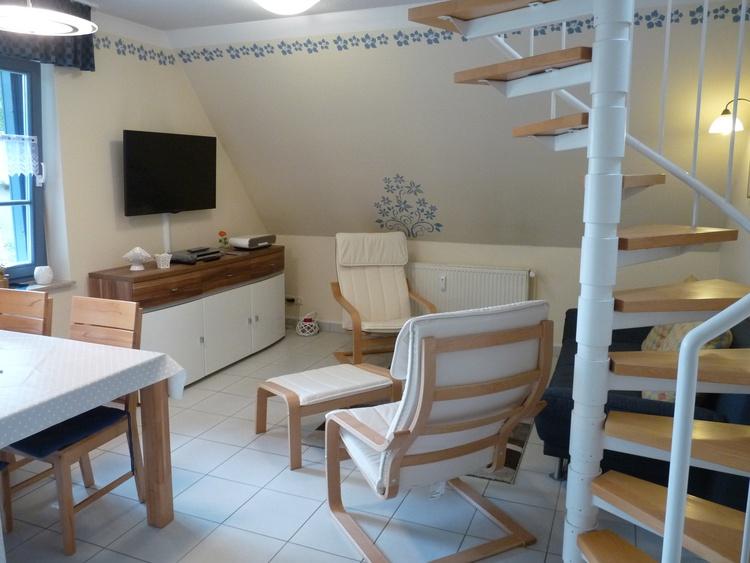 Wohnzimmer mit TV und Musikanlage