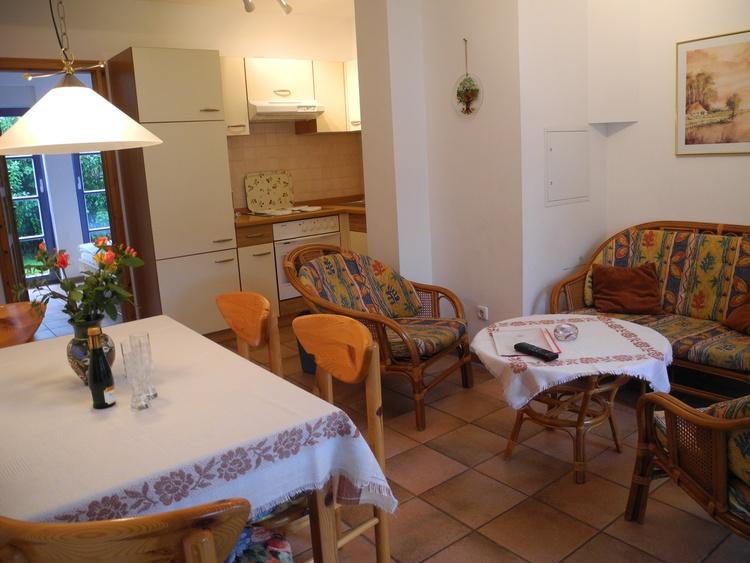 Wohnzimmer mit Blick in die Küche