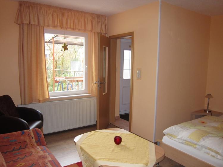 Wohn- und Schlafzimmer Richtung Eingangsbereich