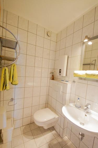 hell und modern mit extra großer Dusche