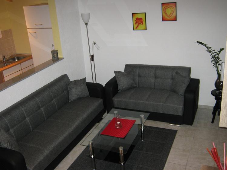 Wohnzimmer li. offener Küchenbereich