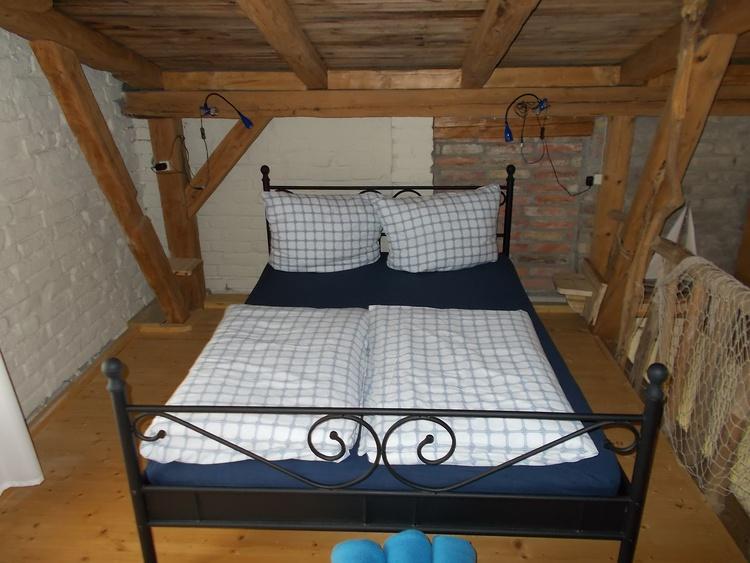Hier oben wird geschlafen. Es gibt auch noch zwei Einzelbetten.