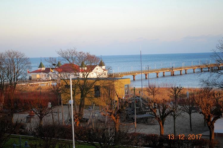 Blick von der Veranda auf die vis-à-vis gelegene Ahlbecker Seebrücke