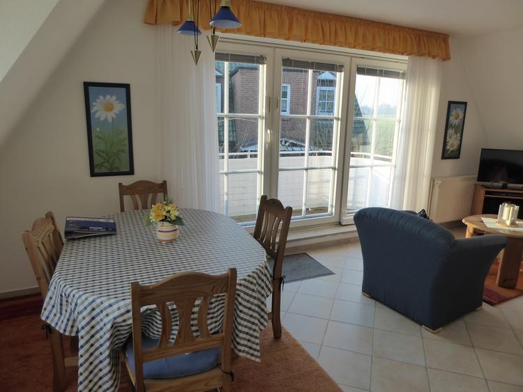 Wohn-Essbereich mit Balkontür