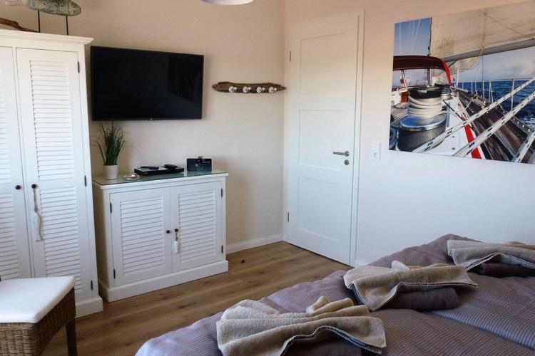 Großes Schlafzimmer mit TV und Blurayplayer