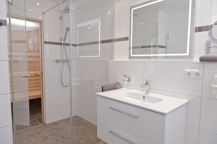 Bad mit Dusche und Sauna und Whirlwanne