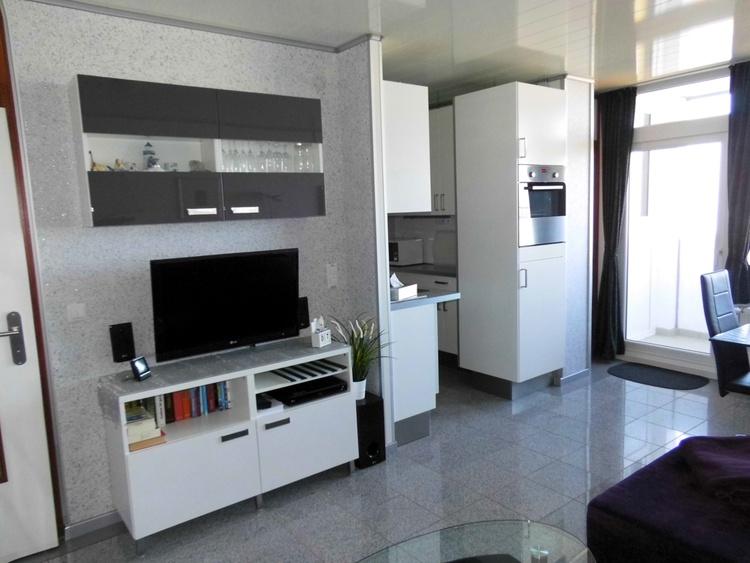 TV-Wand mit Blick auf Kühlschrank/Backofen