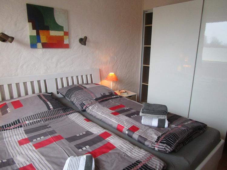 Schlafzimmer mit geräumigem Schiebetürenschrank