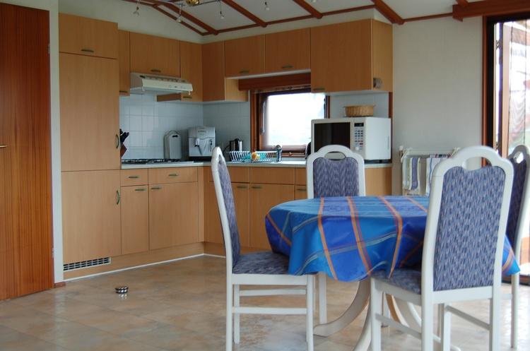 und Küche mit Essbereich