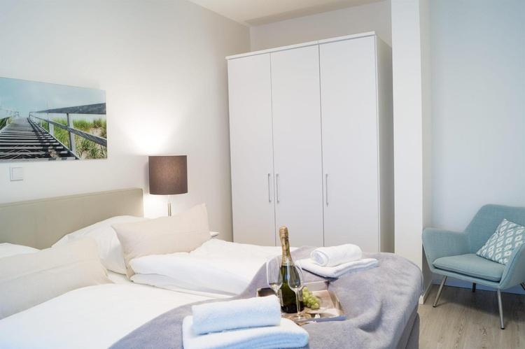Schlafzimmer mit Kleiderschrank und Sessel