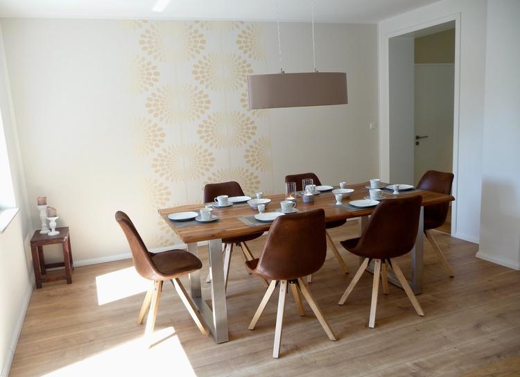 Esszimmer mit Massivholztisch für 6-8 Personen
