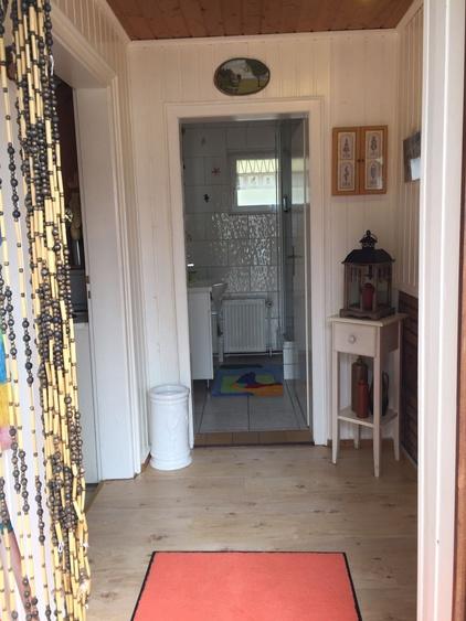 Blick aus Eingangsbereich ins Bad
