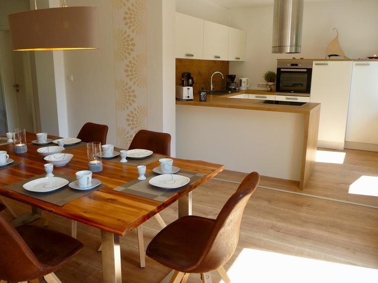 Essplatz mit Blick zur offenen Küche