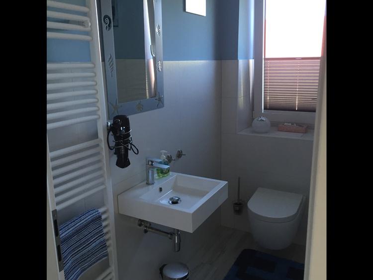 Bad oben mit Handtuchhalter, WC u. Waschmaschine