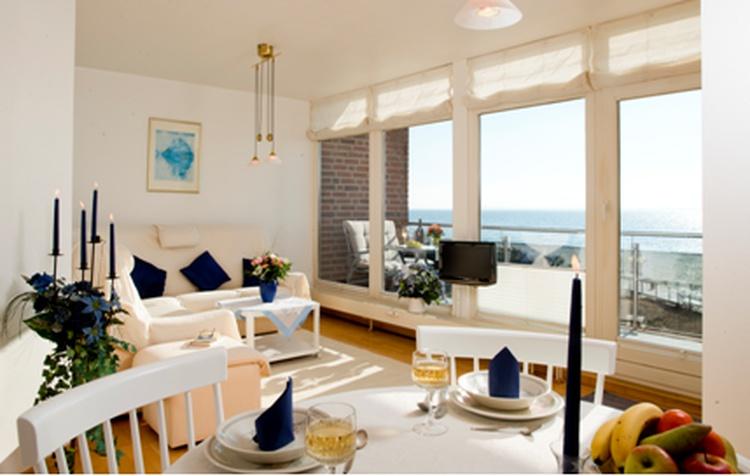 Helles Wohnzimmer mit Meerblick auch vom Esstisch