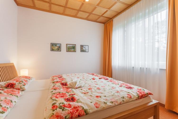Schlafzimmer mit Doppelbett (180x200) und Kleiderschrank