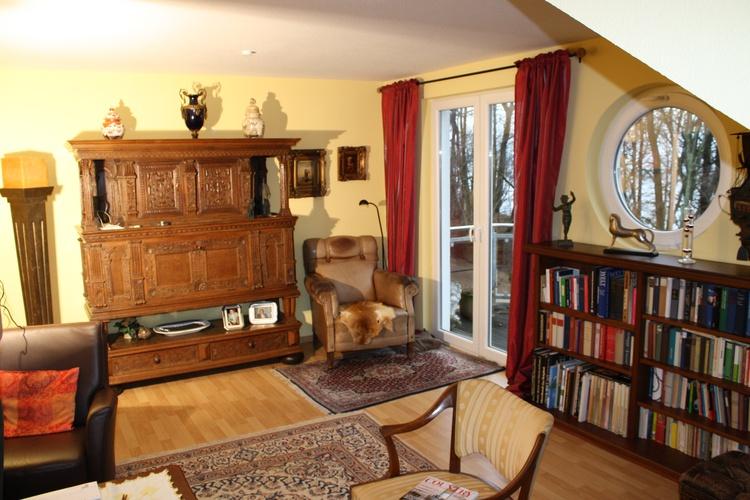 Wohnzimmer mit 2 Balkonen, viel Eiche und Leder