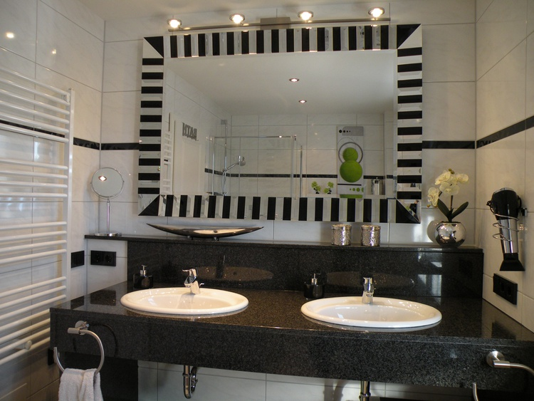Exklusives Duschbad im 1. OG mit Granitwaschtisch und Designerspiegel