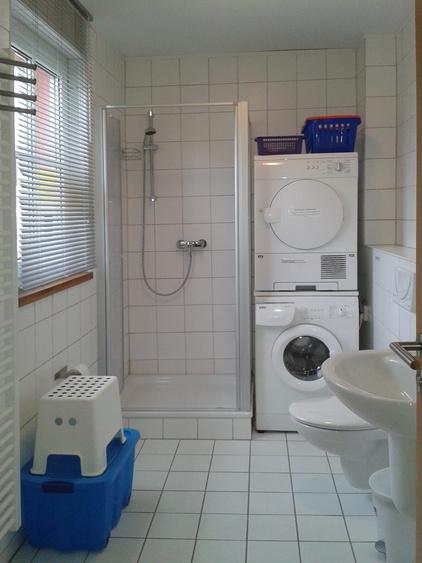 Bad mit Waschmaschine u. Trockner
