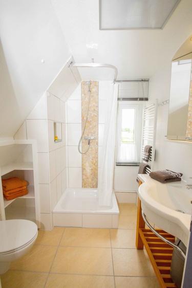 modern, mit Fenster und Handtuchtrockner