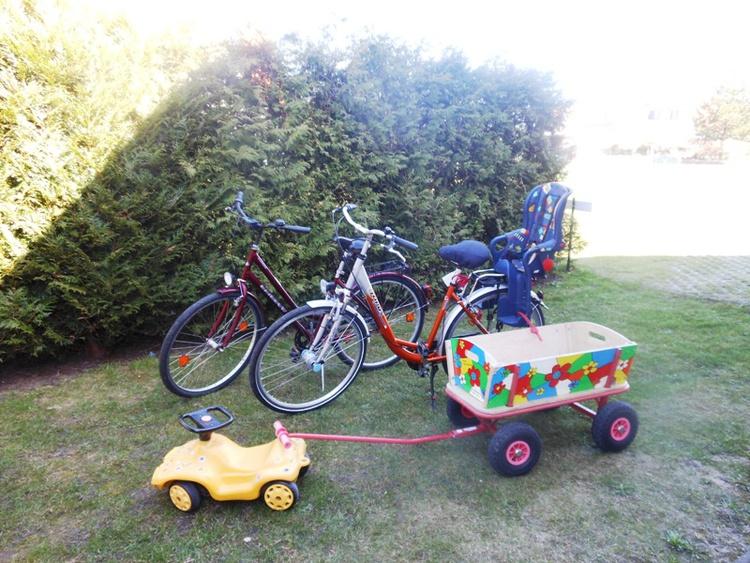 2 Fahrräder u. 1 Bollerwagen stehen zur Verfügung.