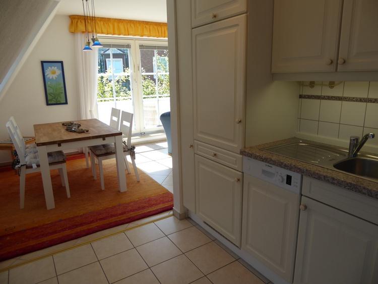Küche mit Geschirrspüler und Essbereich