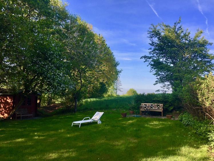 Großer Garten hinter dem Haus zum Entspannen