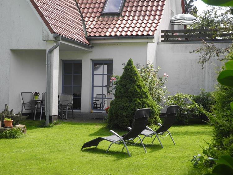 Blick auf die Terrasse oben vom Garten aus