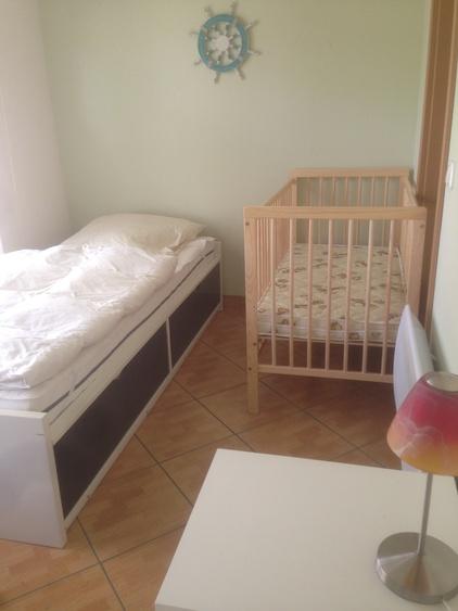 Schlafzimmer, zwei Einzelbetten + Kinderbett