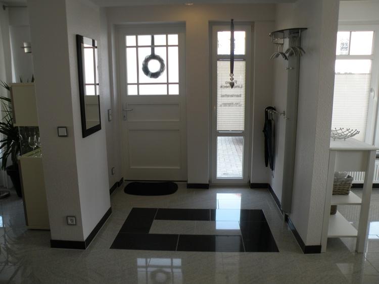 Barrierefreier Eingangsbereich mit zwei Garderoben