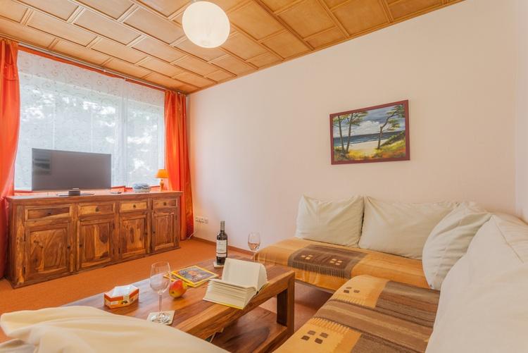 Wohnzimmer mit Couchgarnitur und TV