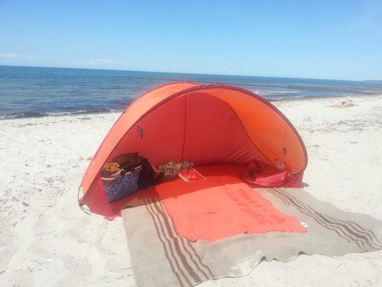 Vor der Saison kann etwas geschützt der leere Strand genossen werden.