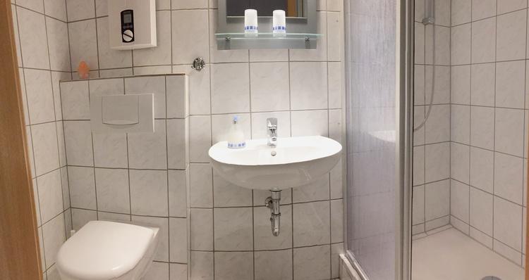 mit extra großer Dusche