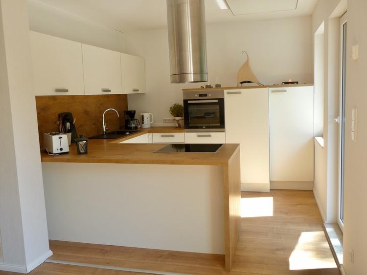 Gut ausgestattete Küche mit Backofen, Caranfeld, Kühlschrank mit Gefrierfach usw.