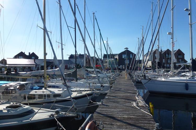 Blick vom Yachthafen auf die Seebrückenpromenade