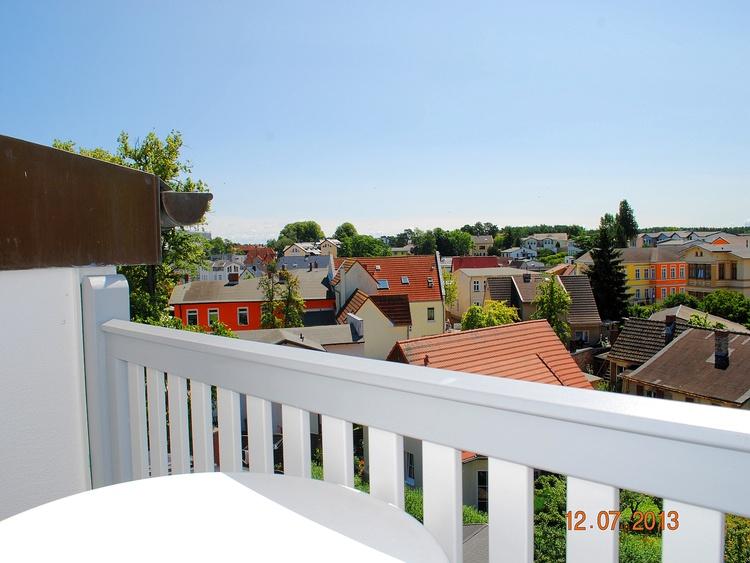 Blick vom Balkon in die Umgebung und in den Garten