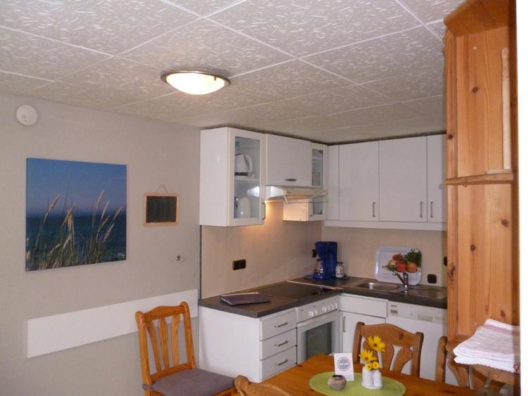 Küche mit Geschirrspüler & Co und Essplatz